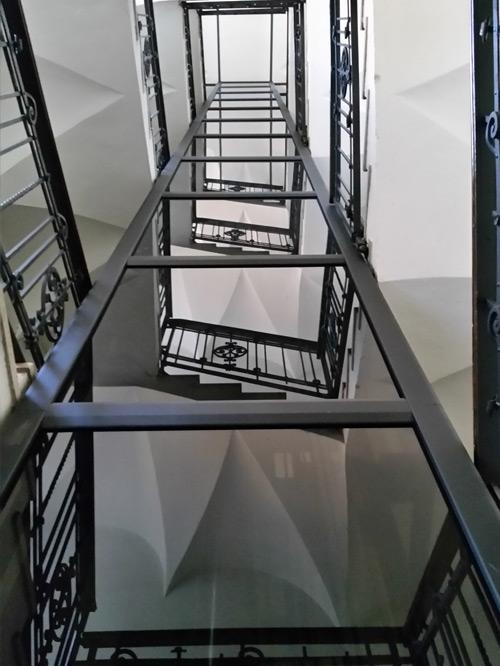 ascensore in vetro in vano scala